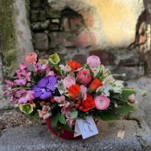 Aranjament colorat cu flori de sezon
