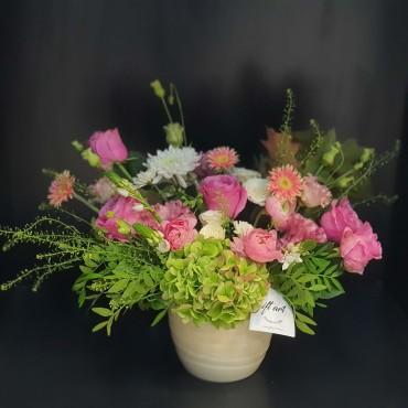 Aranjament cu flori pastelate în vas ceramic
