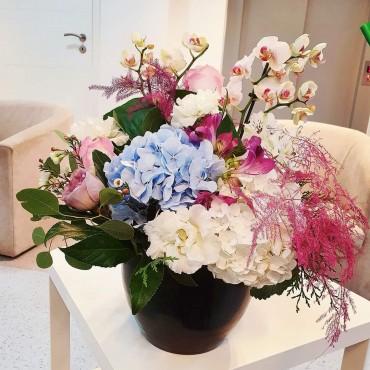 Aranjament cu orhidee și flori proaspete în vas ceramic