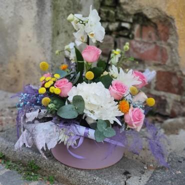 Aranjament cu flori proaspete și orhidee