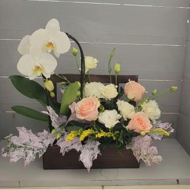 Aranjament cu orhidee și flori pastelate
