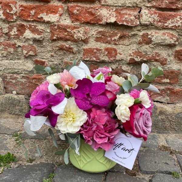 Aranjament cu dalii și flori de orhidee