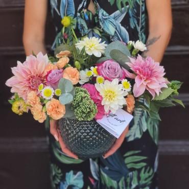 Aranjament floral cu dalii în vas ceramic