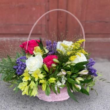 Aranjament cu flori colorate în coș
