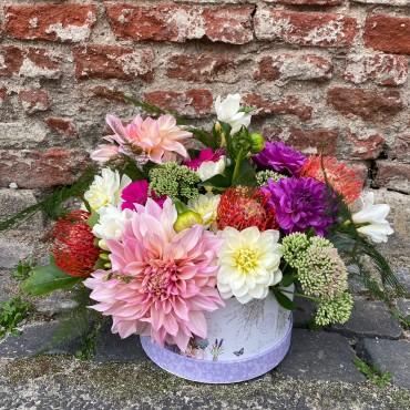 Aranjament floral cu dalii în cutie cilindrică