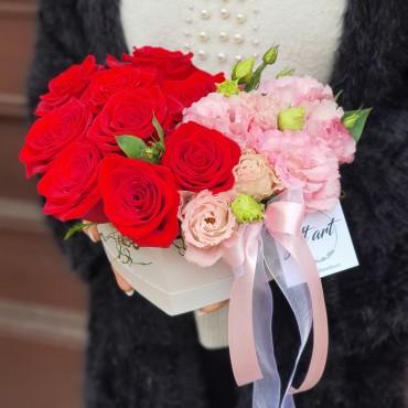 Aranjament cu flori roșii și roz în cutie inimă