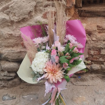 Buchet din flori pastelate în ambalaj