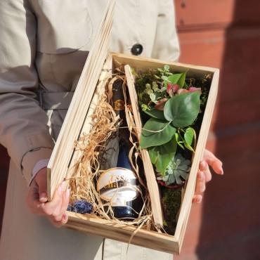Cutie de lemn cu vin și plante