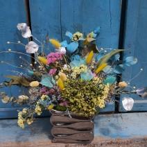 Aranjament cu plante uscate colorate