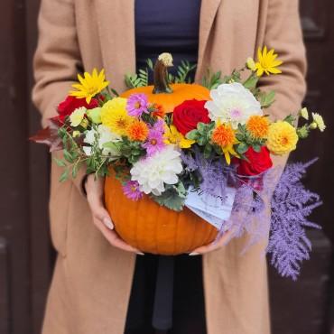 Aranjament cu flori colorate în dovleac