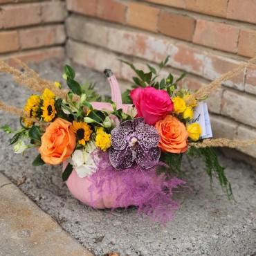 Aranjament floral în dovleac roz