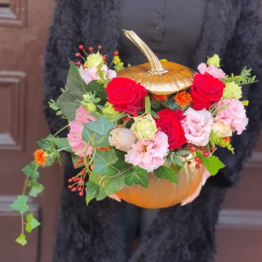 Aranjament cu trandafiri în dovleac