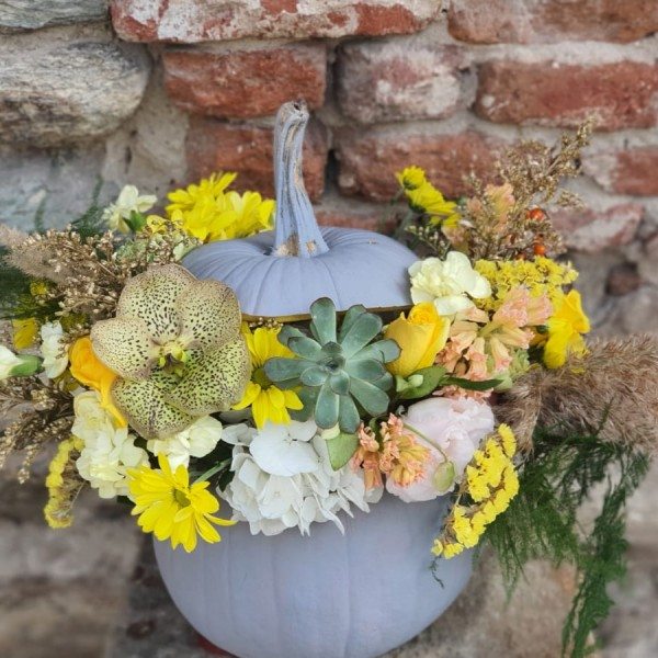 Aranjament cu flori galbene în dovleac gri