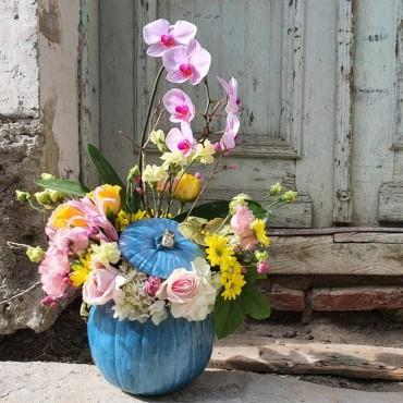 Aranjament cu orhidee în dovleac albastru