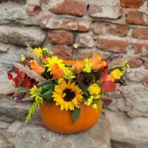 Aranjament cu floarea-soarelui în dovleac