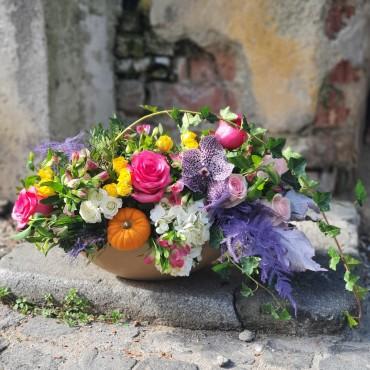Aranjament floral colorat cu elemente de toamnă
