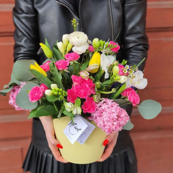 Aranjament cu flori de sezon