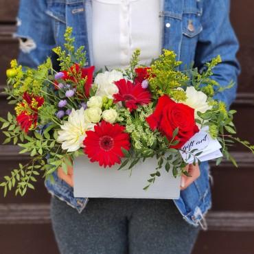 Aranjament cu flori albe și roșii