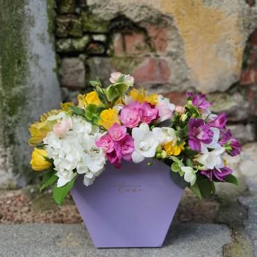 Aranjament cu flori colorate de sezon