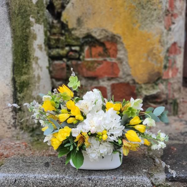 Aranjament cu flori albe și galbene