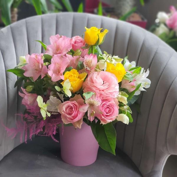 Aranjament cu flori roz și galbene