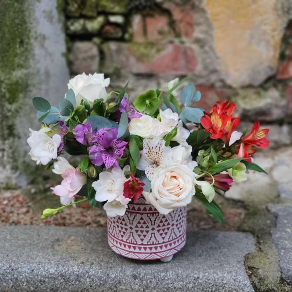 Aranjament floral în vas ceramic