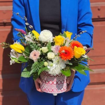 Aranjament floral colorat în vas ceramic