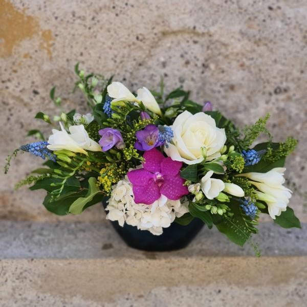 Aranjament cu flori albe și mov