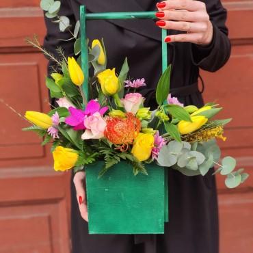Aranjament floral în cutie de lemn cu toartă