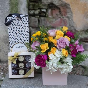 Aranjament cu flori colorate