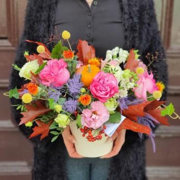 Aranjament floral cu elemente de toamnă