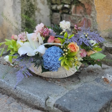 Aranjament în coș cu flori pastelate