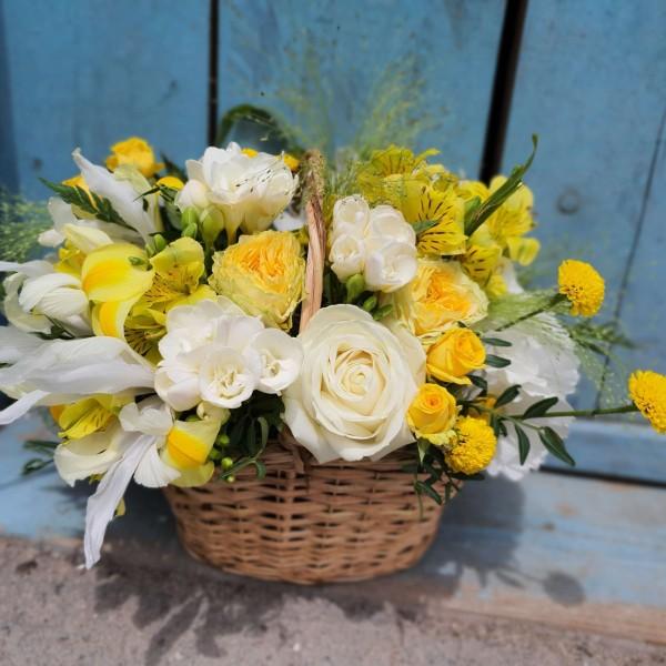 Aranjament în coș cu flori albe și galbene