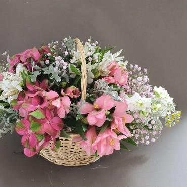 Aranjament în coș cu flori albe și roz