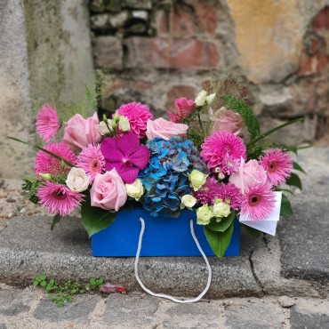 Aranjament cu flori roz și albastre