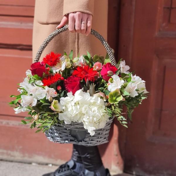 Aranjament în coș cu flori albe și roșii