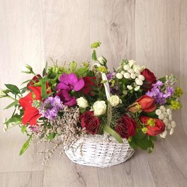 Aranjament în coș cu flori colorate