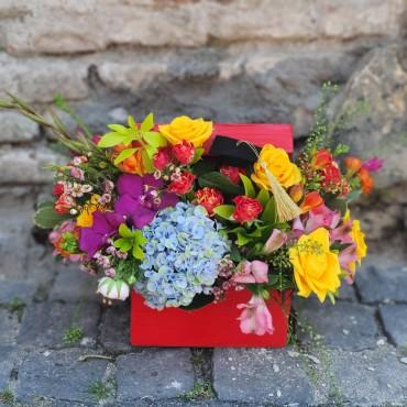 Aranjament floral în cutie de lemn cu capac