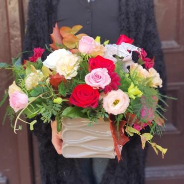 Aranjament cu flori colorate în vas ceramic