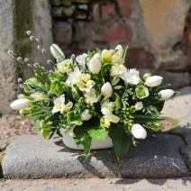Aranjament cu flori albe de sezon