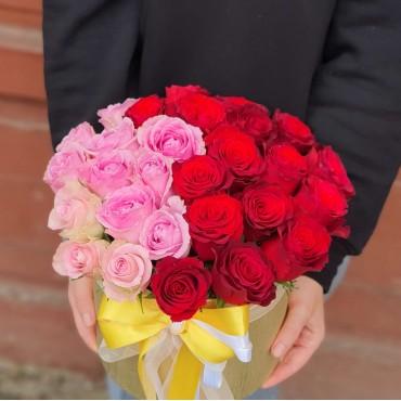 Aranjament cu trandafiri roșii si roz