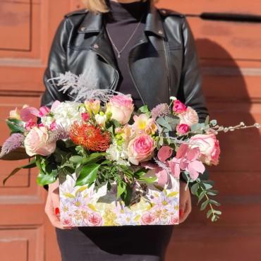 Aranjament în cutie de lemn cu flori pastelate