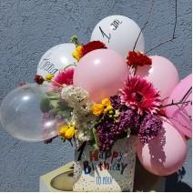 Aranjament cu baloane și flori de sezon