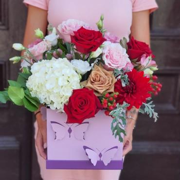 Aranjament cu trandafiri colorați
