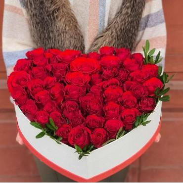 Aranjament 50 trandafiri in cutie inimă