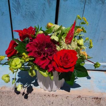 Aranjament cu flori roșii