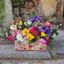 Aranjament in cutie de lemn cu flori de sezon