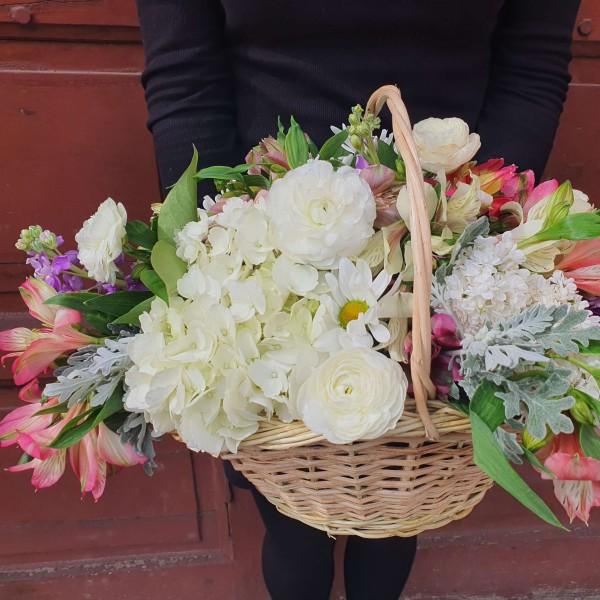 Aranjament in cos cu flori pastelate