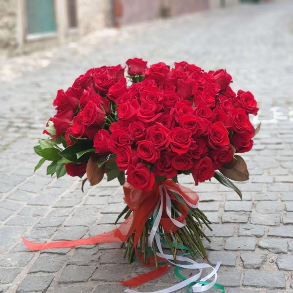 Buchet cu 101 trandafiri rosii