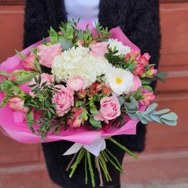 Buchet cu flori pastelate în ambalaj